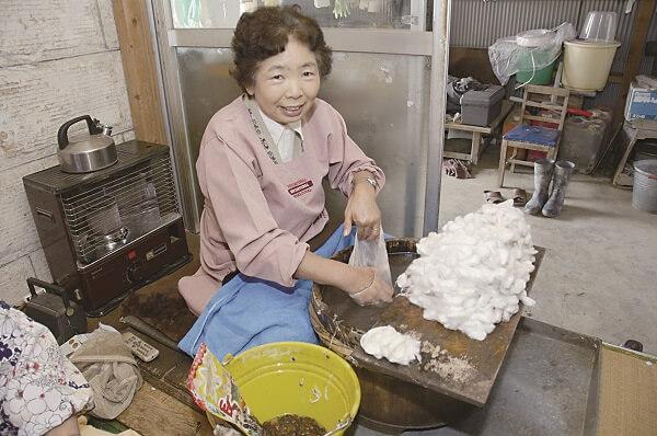 真綿加工工程(袋状伸ばし)